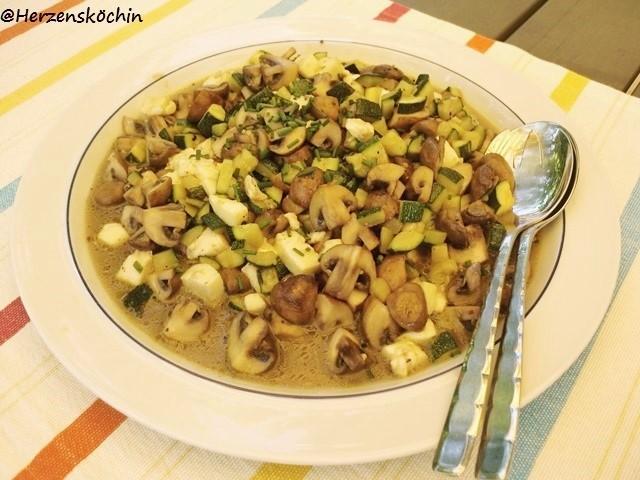 champignon salat mit gebratenen zucchiniw rfel herzensk chin. Black Bedroom Furniture Sets. Home Design Ideas