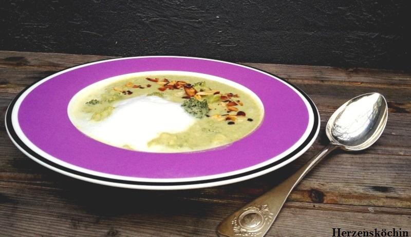 Brokkolicremesuppe mit Mandelschaum