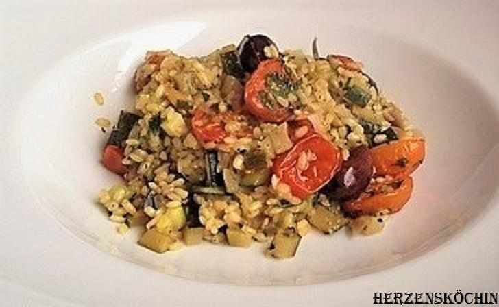 Zucchini-Risotto mit Coktailtomaten und Oliven