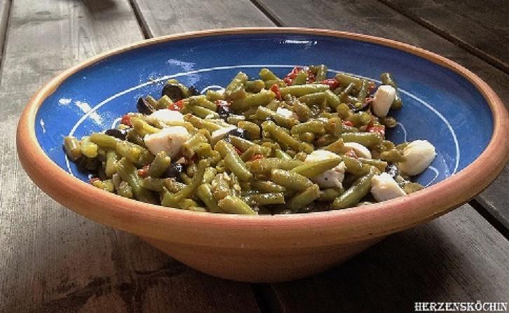 Grüner Bohnensalat mit getrockneten Tomaten, Oliven und Mozzarella