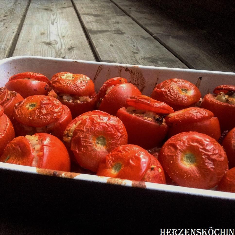 Gefuellte Tomaten mit Reis, Dattel und Rosinen