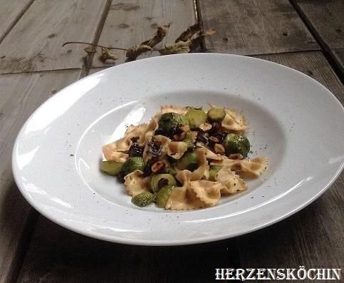 Rosenkohl-Pasta mit Trockenpflaumen und Haselnuessen