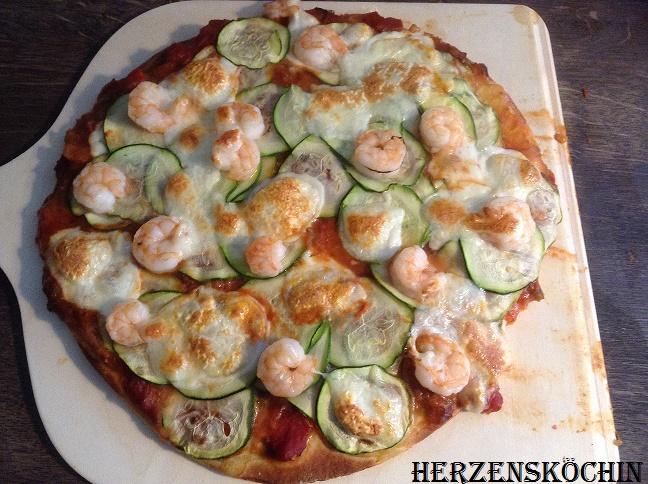 Low Carb Pizza mit Zucchini und Garnelen