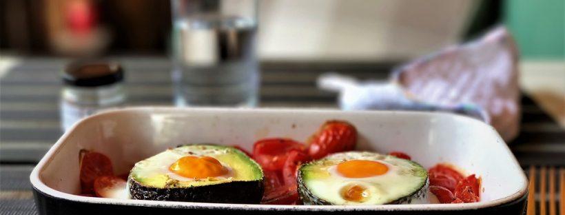 Avocado mit Ei gefüllt