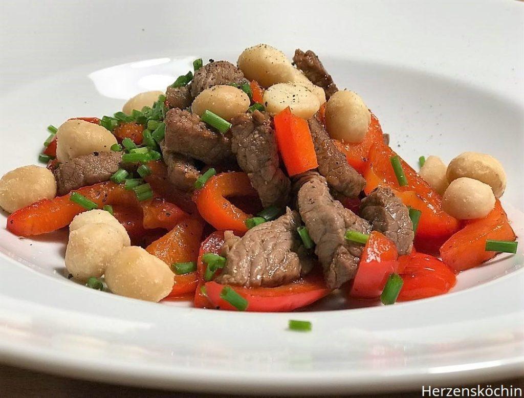 Rindfleisch Salat mit Paprika und Macadamia