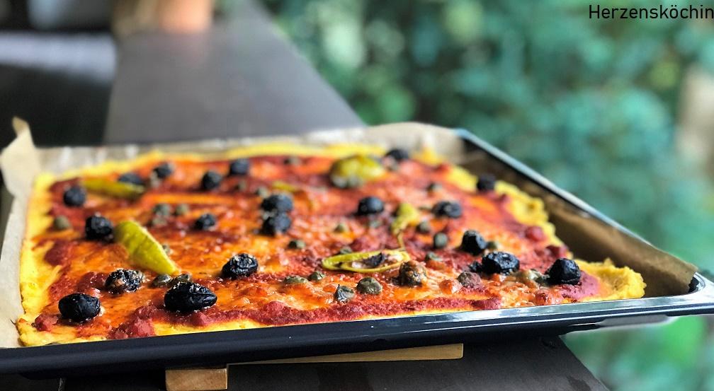 Polenta Pizza mit Kapern und Oliven