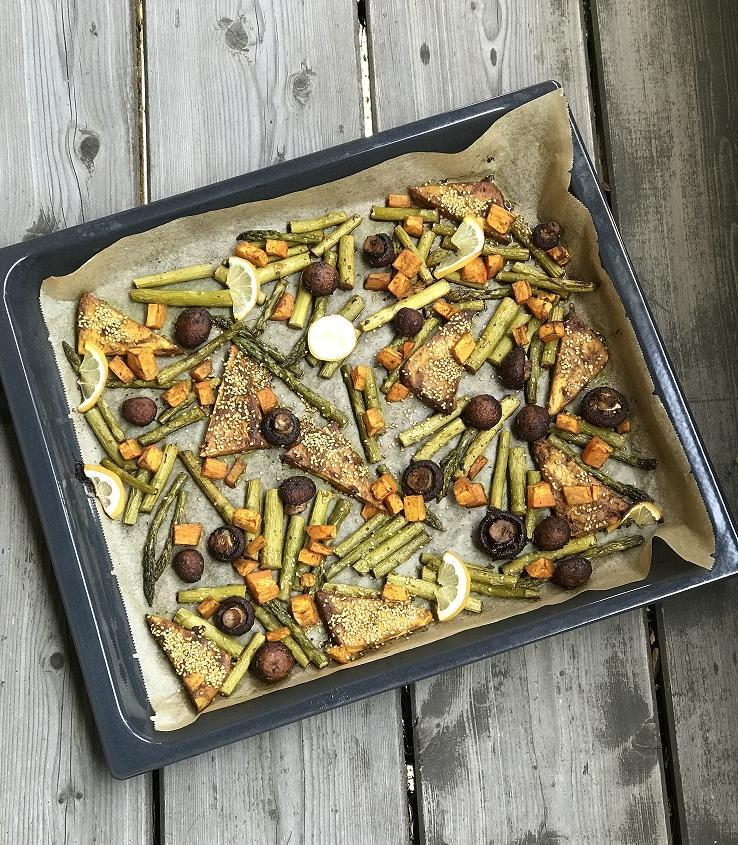 Grüner Spargel vom Blech mit Champignons, Tofu und Süßkartoffel